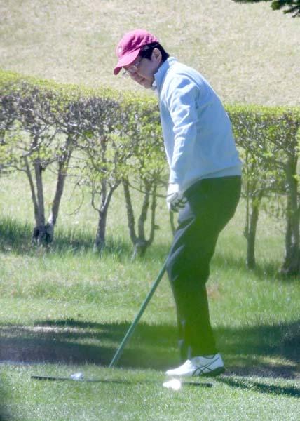 ゴルフで息抜きなんていい気なもんだ(C)日刊ゲンダイ
