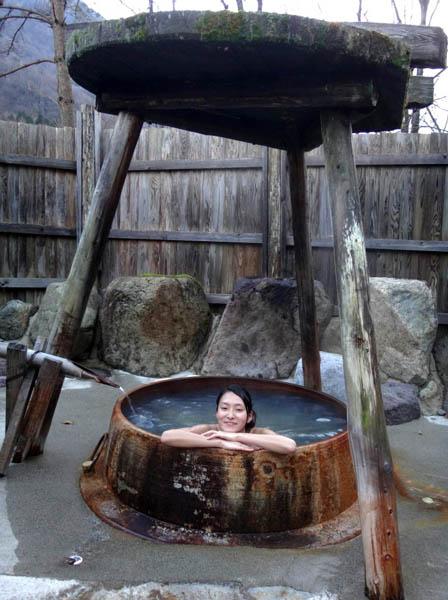 大きな釜の露天風呂「望槍の釜湯」/(提供写真)