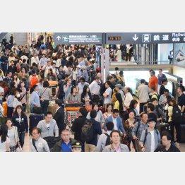 混雑する成田空港の到着ロビー(C)共同通信社