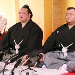 稀勢の里と並ぶ田子ノ浦親方(右)