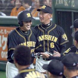 本塁打の秋山拓巳(左)を笑顔で迎える金本監督