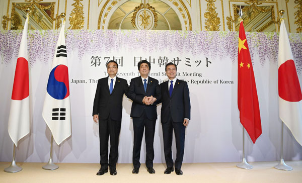 (左から)中国の李克強首相、安倍首相、韓国の文在寅大統領(C)共同通信社