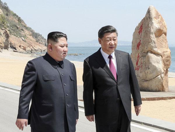 中国遼寧省大連で会談に臨む中国の習近平国家主席(右)と北朝鮮の金正恩朝鮮労働党委員長(C)新華社=共同