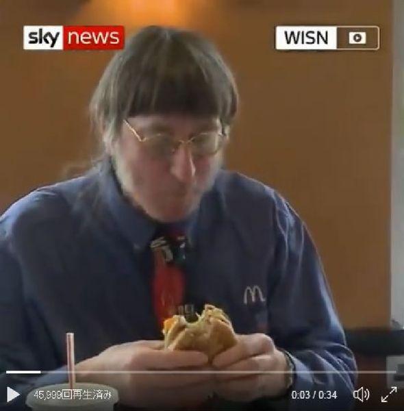 ビッグマックを食べ続けるドン・ゴースクさん(スカイ・ニューズのツイッターより)