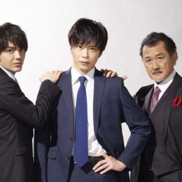 左から林遣都、田中圭、吉田鋼太郎