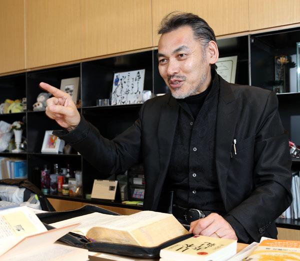 茨城キリスト教大卒で牧師の資格を持つ宇佐神慎社長(C)日刊ゲンダイ