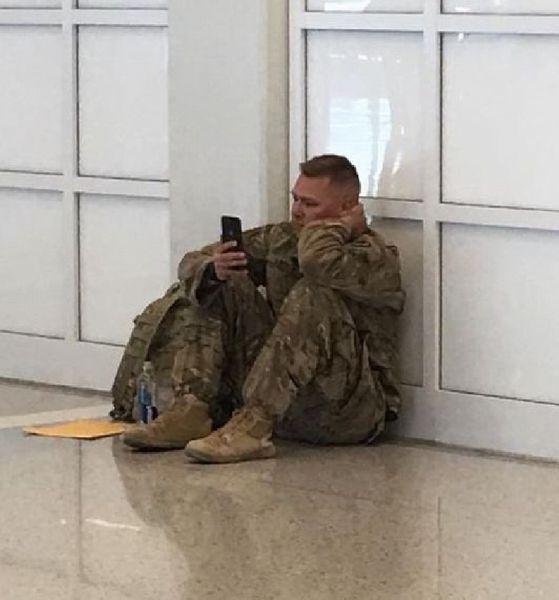iPhoneを手に出産の瞬間を待つ(トレーシー・ドーバーさんのフェイスブックから)