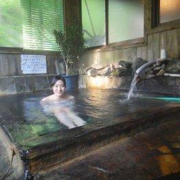 効能がありそう! 茶色の湯の花が浮かぶ横向温泉の開放感