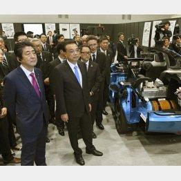 中国包囲網から一転、李克強首相にゴマすり随行(C)共同通信社