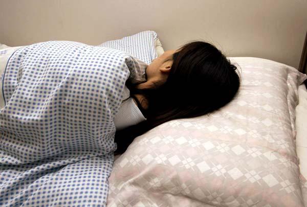 せめてグッスリ眠りたい(C)日刊ゲンダイ