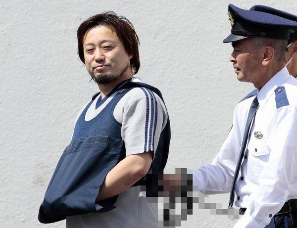 送検される小田求容疑者(C)日刊ゲンダイ