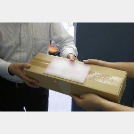 荷物の包装にも注目(C)日刊ゲンダイ