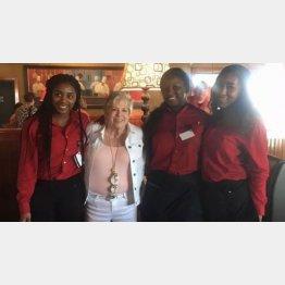 バーバラさん(左から2番目)と3人の女性ウエートレス(WBMFのフェイスブックより)