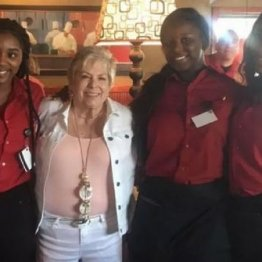 バーバラさん(左から2番目)と3人の女性ウエートレス
