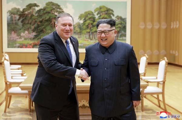 北朝鮮・平壌で握手するマイク・ポンペオ米国務長官と金正恩委員長(C)ロイター=共同