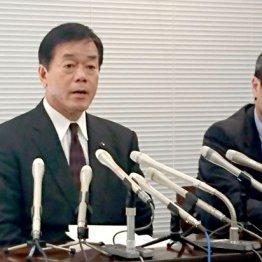 謝罪会見を行った杉山県議(左)と担当弁護士