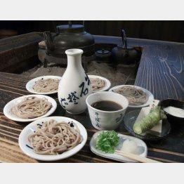 出石らしく小皿で食べるスタイル(C)日刊ゲンダイ