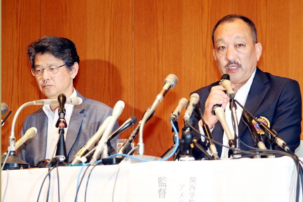 厳しい表情で会見する関学大の鳥内監督(右)(C)日刊ゲンダイ