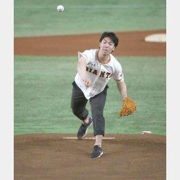 「日本大学デー」で好球式を行ったモーグルの原(C)日刊ゲンダイ