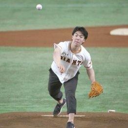 「日本大学デー」で好球式を行ったモーグルの原
