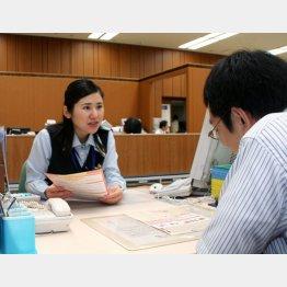 商品を説明する地銀行員(C)共同通信社