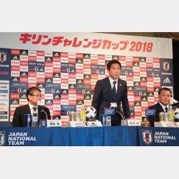 会見に出席した西野監督(中=左は技術委員会の関塚委員長、右はJFAの田島会長)/(C)Norio ROKUKAWA/Office La Stradada
