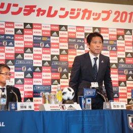会見に出席した西野監督(中=左は技術委員会の関塚委員長、右はJFAの田島会長)