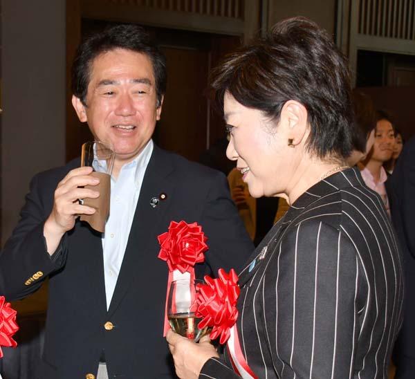 伊藤達也元金融相と談笑する小池都知事(C)日刊ゲンダイ