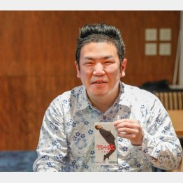 「東京ラブストーリー」の8センチシングルを手にする藤田太郎さん/(C)日刊ゲンダイ