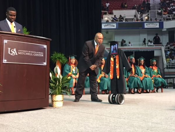 """卒業式にロボットで""""出席""""(モービル郡公立学校システムのフェイスブックより)"""