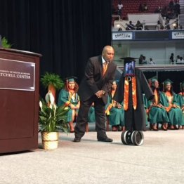 """難病の米17歳少女 iPad搭載ロボットで高校卒業式に""""出席"""""""