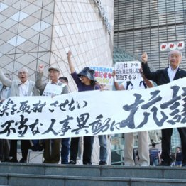NHK大阪放送局の前で市民団体が抗議行動を展開