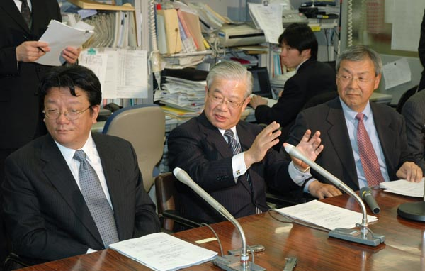 左からヤフーの井上社長、三井住友銀行の奥頭取、ジャパンネット銀行の藤森社長=いずれも当時(C)共同通信社