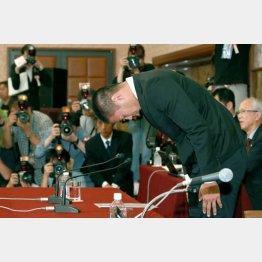 記者会見で頭を下げる日大の宮川選手(C)日刊ゲンダイ