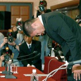 記者会見で頭を下げる日大の宮川選手