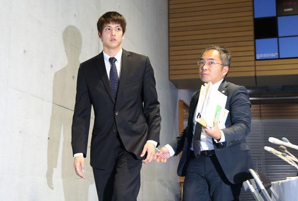 会見に臨む古賀(C)日刊ゲンダイ