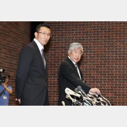 23日の会見での内田前監督(右)と井上コーチ/(C)日刊ゲンダイ