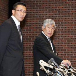 23日の会見での内田前監督(右)と井上コーチ