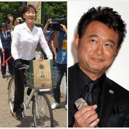 自転車で警察に出頭した松居一代(左)と船越英一郎/(C)日刊ゲンダイ