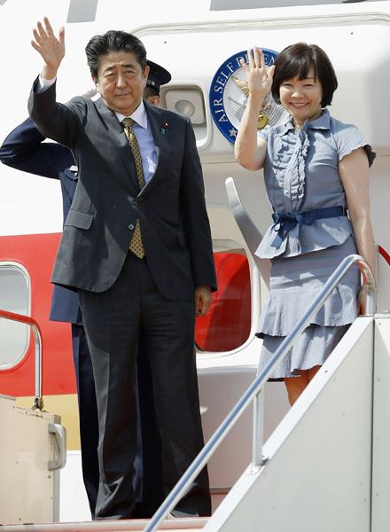 ロシアに向けて出発する安倍首相と昭恵夫人(C)共同通信社