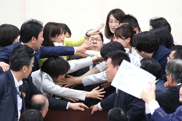 採決をめぐり、もみくちゃにされる高鳥修一厚生労働委員長(C)日刊ゲンダイ