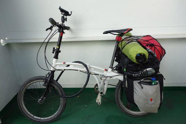 洗面器を積んだ自転車(本人提供)