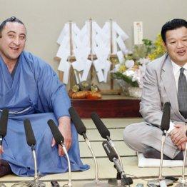 栃ノ心と春日野親方(左)