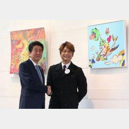 日本財団主催のアート企画展では安倍首相と握手も(C)日刊ゲンダイ