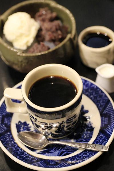 あんみつに別添えのコーヒー(右上)をかけて食べるのが邪宗門流(C)日刊ゲンダイ