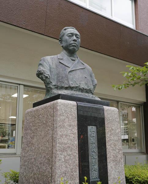 法学部前の山田顕義の銅像(C)日刊ゲンダイ