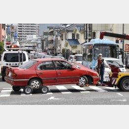 事故現場から運び出される乗用車=神奈川県茅ケ崎市(C)共同通信社