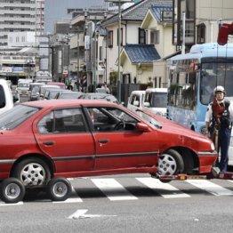 事故現場から運び出される乗用車=神奈川県茅ケ崎市