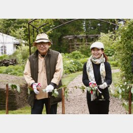 「風のガーデン」オープニングセレモニーに出席した倉本氏と園芸家の上野砂由紀さん(09年撮影)(C)共同通信社
