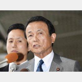 成田空港でコメントする麻生財務相(C)共同通信社